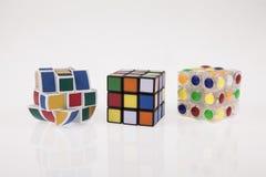 Διαφορετικός γρίφος κύβων χρώματος τρία με το ψαλίδισμα της πορείας Στοκ Εικόνα