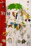 Διαφορετικός ζωηρόχρωμος ξύλινος βρεφικός σταθμός παχνιών μωρών mobiles στοκ φωτογραφίες