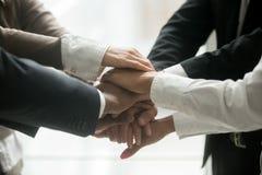 Διαφορετικός σωρός εκμετάλλευσης επιχειρησιακών ομάδων των χεριών που υπόσχονται την πίστη, γ στοκ φωτογραφία