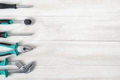 Διαφορετικός τύπος εποικοδομητικών εργαλείων που τοποθετούνται σε μια σειρά στη δεξιά πλευρά με το διάστημα αντιγράφων Στοκ Εικόνες