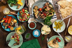 Διαφορετικό μαγείρεμα τροφίμων στη σχάρα, τοπ άποψη Στοκ φωτογραφία με δικαίωμα ελεύθερης χρήσης