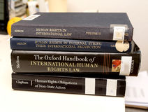 Διαφορετικό πανεπιστήμιο εκπαίδευσης νόμου βιβλίων των ανθρώπινων δικαιωμάτων eam Στοκ φωτογραφία με δικαίωμα ελεύθερης χρήσης