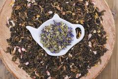 Διαφορετικό τσάι με τα λουλούδια και τα χορτάρια σε ένα ξύλινο υπόβαθρο Aromatherapy και υγεία διάστημα αντιγράφων Στοκ φωτογραφίες με δικαίωμα ελεύθερης χρήσης
