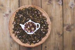Διαφορετικό τσάι με τα λουλούδια και τα χορτάρια σε ένα ξύλινο υπόβαθρο Aromatherapy και υγεία διάστημα αντιγράφων Στοκ Εικόνες