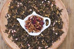 Διαφορετικό τσάι με τα λουλούδια και τα χορτάρια σε ένα ξύλινο υπόβαθρο Aromatherapy και υγεία διάστημα αντιγράφων Στοκ Φωτογραφία