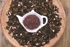 Διαφορετικό τσάι με τα λουλούδια και τα χορτάρια σε ένα ξύλινο υπόβαθρο Aromatherapy και υγεία διάστημα αντιγράφων Στοκ εικόνες με δικαίωμα ελεύθερης χρήσης