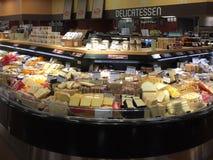 Διαφορετικό τυρί για την πώληση στο παντοπωλείο στοκ εικόνες