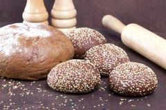 Διαφορετικό φρέσκο ψωμί στα αγροτικά υπόβαθρα Στοκ εικόνες με δικαίωμα ελεύθερης χρήσης