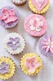 Διαφορετικό fondant cupcakes στοκ φωτογραφίες