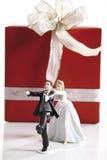 Διαφυγή του ειδωλίου νεόνυμφων νυφών μπροστά από το γαμήλιο παρόν στοκ εικόνες