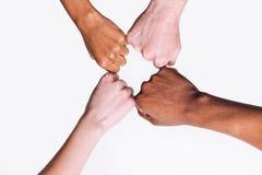 Διαφυλετικός φίλος, λευκά και μαύρα χέρια από κοινού στοκ φωτογραφία με δικαίωμα ελεύθερης χρήσης