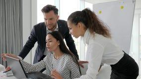 Διαφωνίες των επιχειρηματιών στη ανάπτυξη επιχείρησης ιδεών στην αίθουσα συνεδριάσεων, δημιουργική ομάδα που λειτουργεί στο lap-t απόθεμα βίντεο