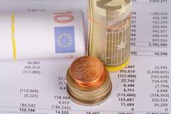 Διαχείριση διαγραμμάτων γραφικών παραστάσεων με τα ευρώ και τα νομίσματα Στοκ φωτογραφία με δικαίωμα ελεύθερης χρήσης