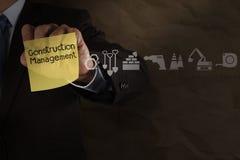 Διαχείριση κατασκευής στην κολλώδη σημείωση και εικονίδια με το τσαλακωμένο π Στοκ φωτογραφία με δικαίωμα ελεύθερης χρήσης