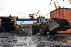 Διαχειριζόμενες διαδικασίες άνθρακα στο λιμένα Στοκ Φωτογραφία