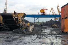 Διαχειριζόμενες διαδικασίες άνθρακα στο λιμένα Στοκ Εικόνες
