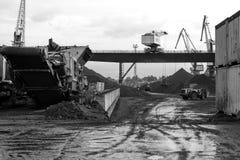 Διαχειριζόμενες διαδικασίες άνθρακα στο λιμένα Στοκ εικόνες με δικαίωμα ελεύθερης χρήσης