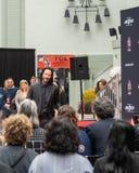 Διαχειριστές του Keanu Handprints και ίχνη δράστη που τσιμεντάρονται στη λεωφόρο Hollywood στοκ εικόνες με δικαίωμα ελεύθερης χρήσης