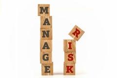 Διαχειριστείτε τη λέξη κινδύνου που γράφεται στη μορφή κύβων στοκ εικόνες