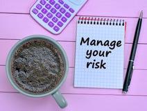 Διαχειριστείτε τις λέξεις κινδύνου σας στο σημειωματάριο στοκ φωτογραφία με δικαίωμα ελεύθερης χρήσης