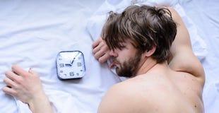 Διαχειριστείτε τις κατάλληλες άκρες καθεστώτος Πρόβλημα Oversleep Πιό σκληρό μέρος του πρωινού απλά που ξεπερνά το κρεβάτι Αξύρισ στοκ εικόνες