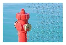 Διαχειριστείτε το σχέδιο πρόληψης πυρκαγιάς σας - κόκκινο στόμιο υδροληψίας πυρκαγιάς ενάντια σε ένα wa στοκ εικόνες