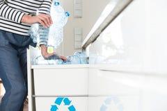 Διαχωρισμός των πλαστικών μπουκαλιών στοκ φωτογραφία με δικαίωμα ελεύθερης χρήσης