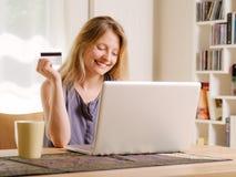 Διαδίκτυο που ψωνίζει με μια πιστωτική κάρτα Στοκ Εικόνες