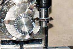 Διαδικασία άλεσης της λεπτομέρειας μετάλλων CNC στη μηχανή Στοκ Εικόνες