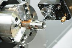 Διαδικασία άλεσης του μετάλλου στην εργαλειομηχανή Στοκ εικόνες με δικαίωμα ελεύθερης χρήσης