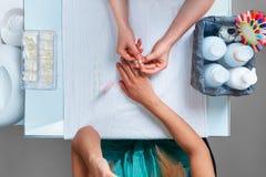 Διαδικασία για τα τεχνητά καρφιά καρφί ραβδιών μανικιούρ στο δάχτυλο στοκ φωτογραφία με δικαίωμα ελεύθερης χρήσης