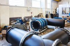 Διαδικασία εγκατάστασης του δικτύου θέρμανσης μονάδων διανομής στην αποθήκη εμπορευμάτων Στοκ Εικόνα