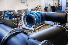 Διαδικασία εγκατάστασης του δικτύου θέρμανσης μονάδων διανομής στην αποθήκη εμπορευμάτων Στοκ Εικόνες