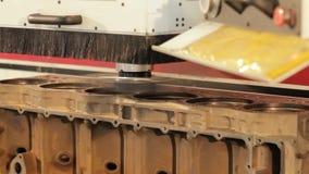 Διαδικασία επισκευής φραγμών μηχανών Εσωτερικός φραγμός μηχανών Στροφή του φραγμού μηχανών Ηλεκτρονικός τόρνος απόθεμα βίντεο