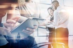 Διαδικασία εργασίας επιχειρησιακών ομάδων Διπλό επαγγελματικό πλήρωμα φωτογραφιών έκθεσης που εργάζεται με το νέο πρόγραμμα ξεκιν στοκ εικόνα με δικαίωμα ελεύθερης χρήσης