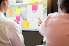 Διαδικασία εργασίας ομάδας νέοι Διευθυντές επιχείρησης που εργάζονται με το ξεκίνημα Στοκ Εικόνα