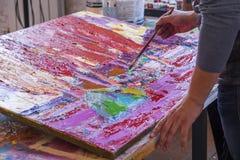 Διαδικασία ζωγραφικής καλλιτέχνη αφηρημένη ζωγραφική στοκ εικόνα με δικαίωμα ελεύθερης χρήσης