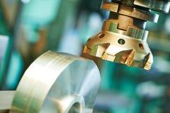 Διαδικασία κινηματογραφήσεων σε πρώτο πλάνο του μετάλλου που επεξεργάζεται στη μηχανή από το μύλο Στοκ εικόνα με δικαίωμα ελεύθερης χρήσης