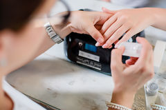 Διαδικασία μανικιούρ με το σχέδιο και την ασημένια στιλβωτική ουσία καρφιών στοκ εικόνες