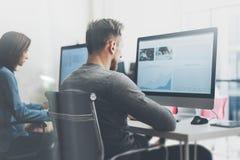 Διαδικασία ομάδων Coworking Νέο επιχειρησιακό πλήρωμα φωτογραφιών που εργάζεται με το νέο σύγχρονο γραφείο προγράμματος ξεκινήματ Στοκ φωτογραφίες με δικαίωμα ελεύθερης χρήσης