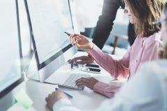 Διαδικασία ομάδων Coworking στο σύγχρονο γραφείο Οι διευθυντηες προγράμματος απασχολούνται στην ιδέα Νέο επιχειρησιακό πλήρωμα πο Στοκ φωτογραφία με δικαίωμα ελεύθερης χρήσης