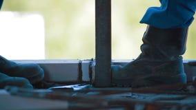 Διαδικασία συγκόλλησης κατασκευή τούβλων που βάζει υπαίθρια την περιοχή φιλμ μικρού μήκους