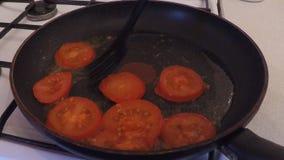 Διαδικασία τα τηγανισμένα αυγά με τις ντομάτες και απόθεμα βίντεο