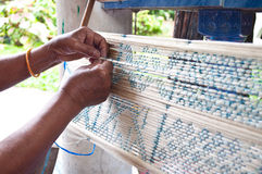 Διαδικασία της υφαίνοντας αρχαίας Ταϊλάνδης ως μετάξι στοκ εικόνες