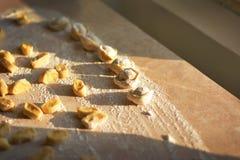 Διαδικασία τις μπουλέττες, ακατέργαστο ravioli στο αλεύρι Στοκ Εικόνες