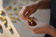Διαδικασία τις μπουλέττες, ακατέργαστο ravioli στο αλεύρι Στοκ Φωτογραφία