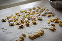 Διαδικασία τις μπουλέττες, ακατέργαστο ravioli στο αλεύρι Στοκ φωτογραφία με δικαίωμα ελεύθερης χρήσης