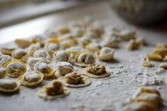 Διαδικασία τις μπουλέττες, ακατέργαστο ravioli στο αλεύρι Στοκ Φωτογραφίες