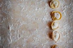 Διαδικασία τις μπουλέττες, ακατέργαστο ravioli στο αλεύρι Στοκ εικόνα με δικαίωμα ελεύθερης χρήσης