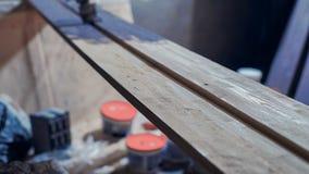 Διαδικασία τους πίνακες ξύλου πεύκων με τη βούρτσα και το πορφυρό χρώμα απόθεμα βίντεο